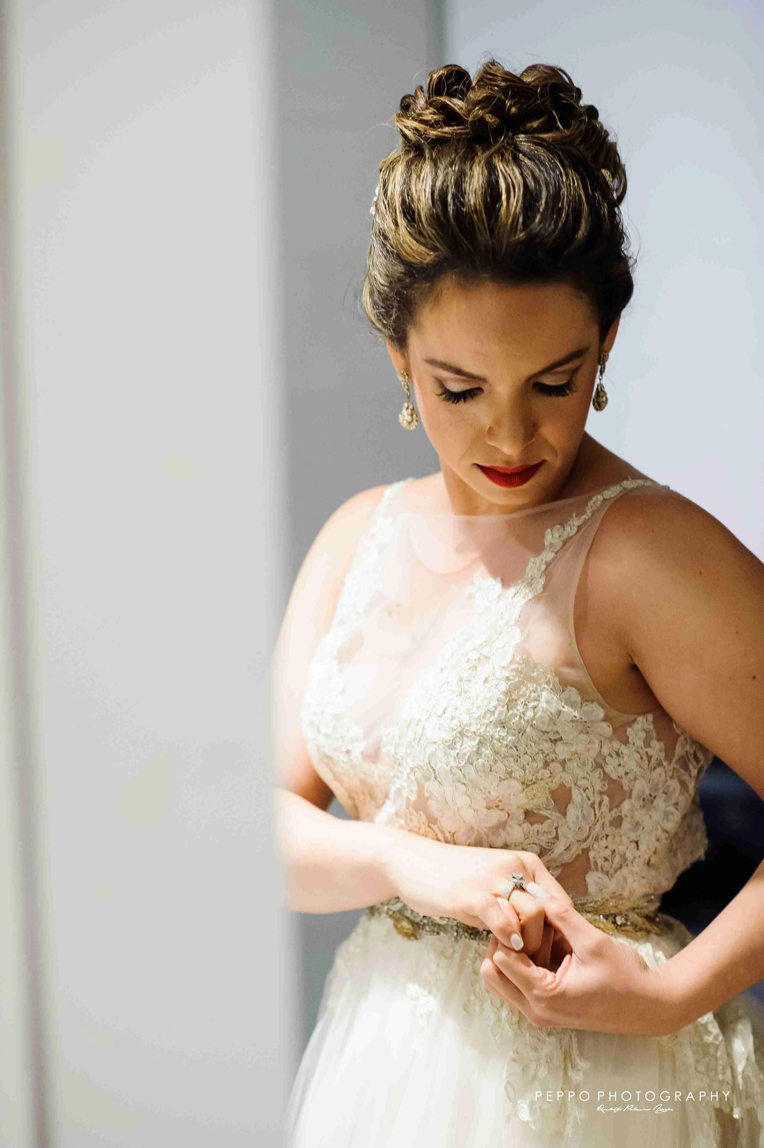 Johanna y Yal boda 2017-novia mirando anillo