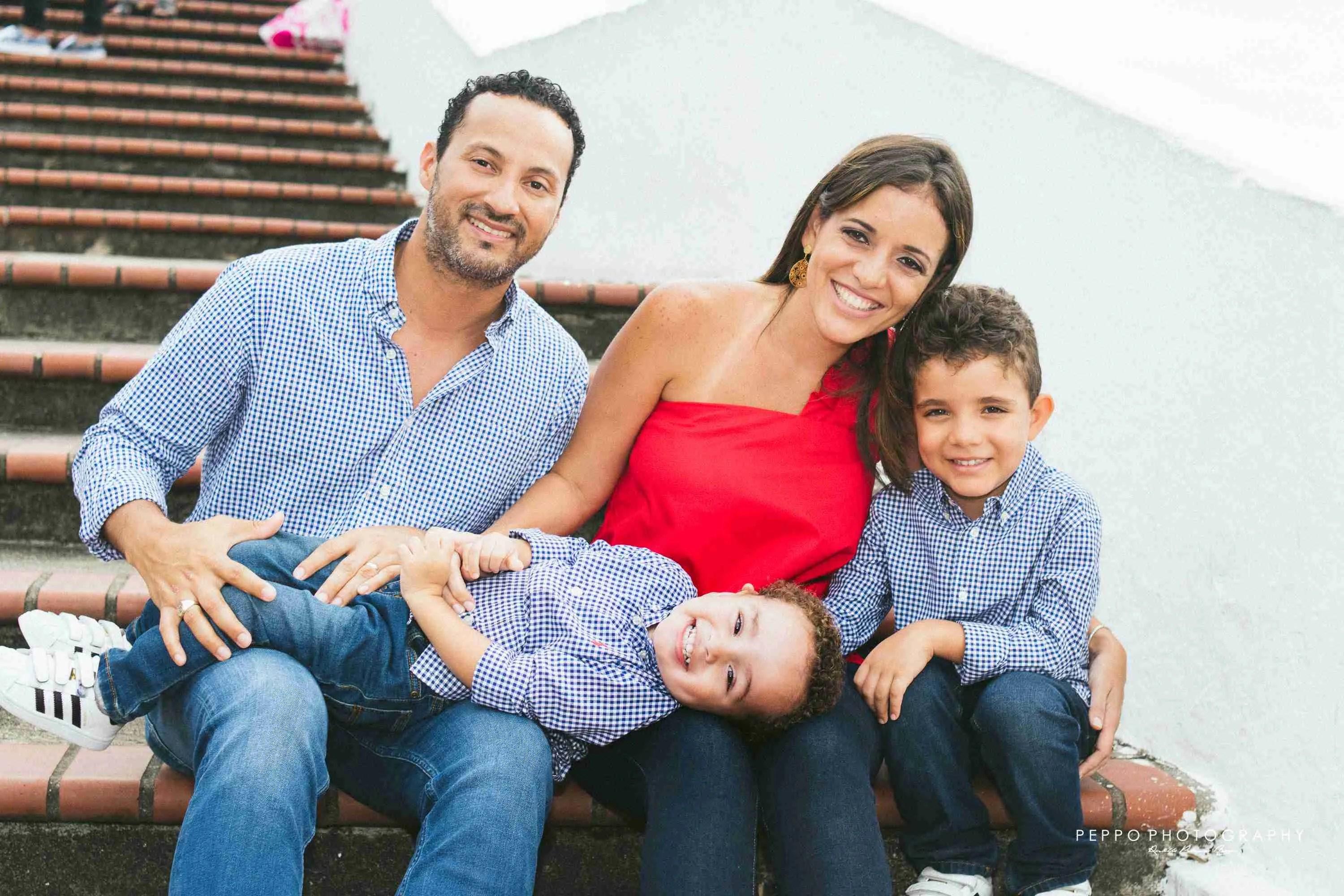 Familia panameña en los escalones de la Plaza de Francia