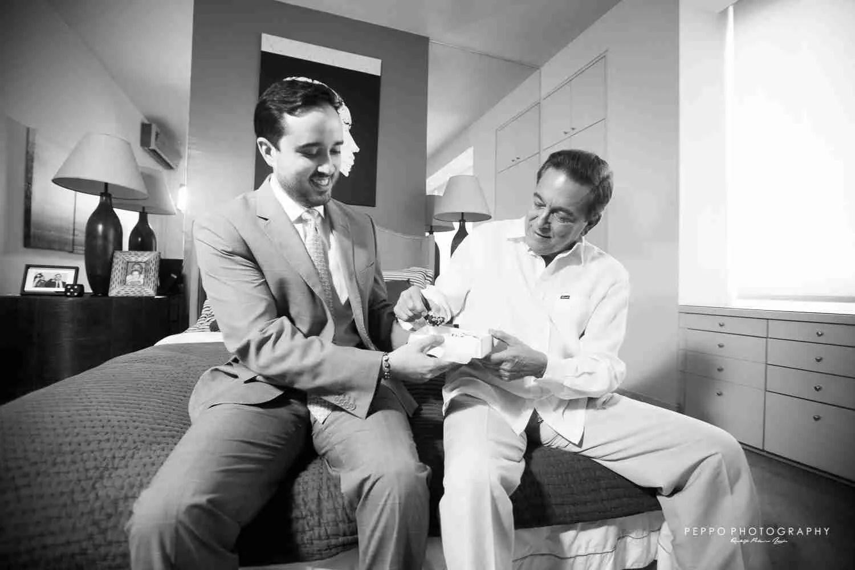 La complicidad de Jorge con su papa, terminando de vestirse