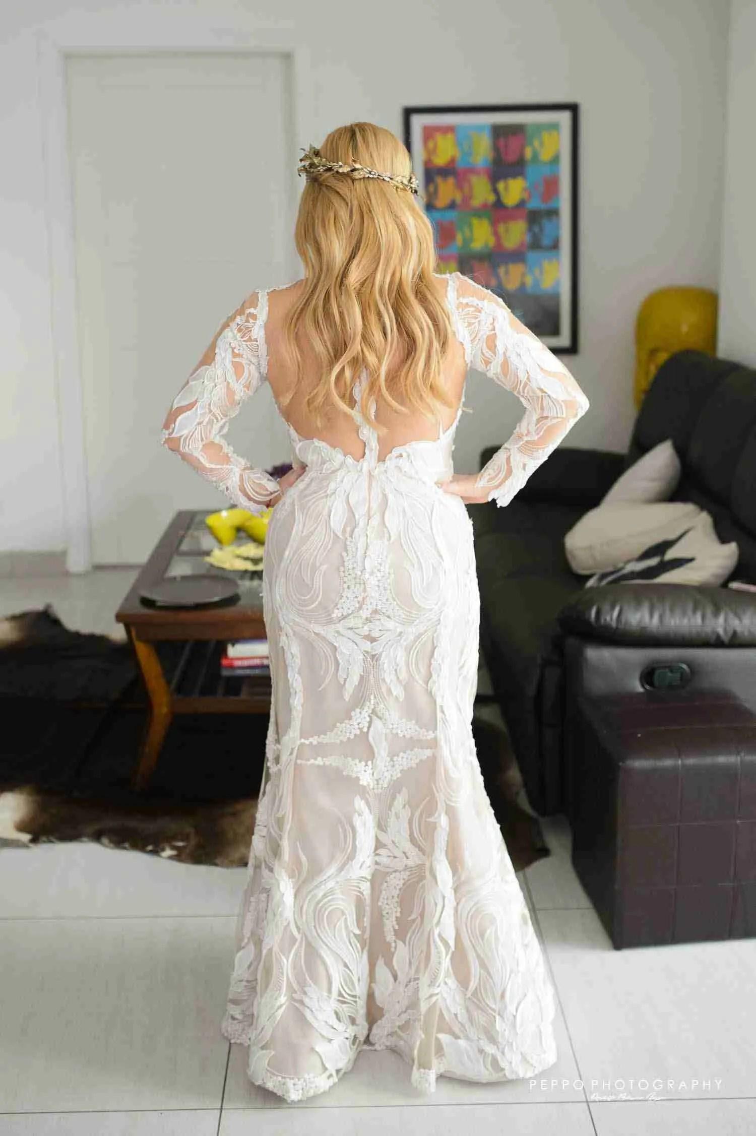 Johanna y el detalle de su vestido de novia