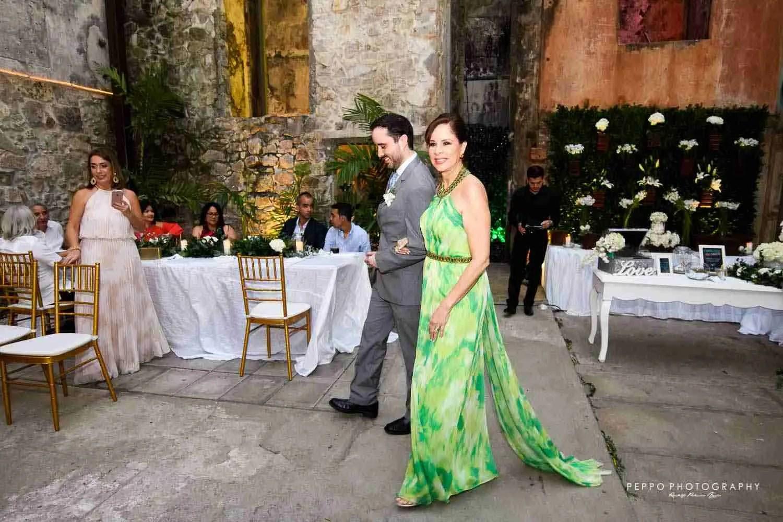 La entrada de Jorge con su Elegante Madre
