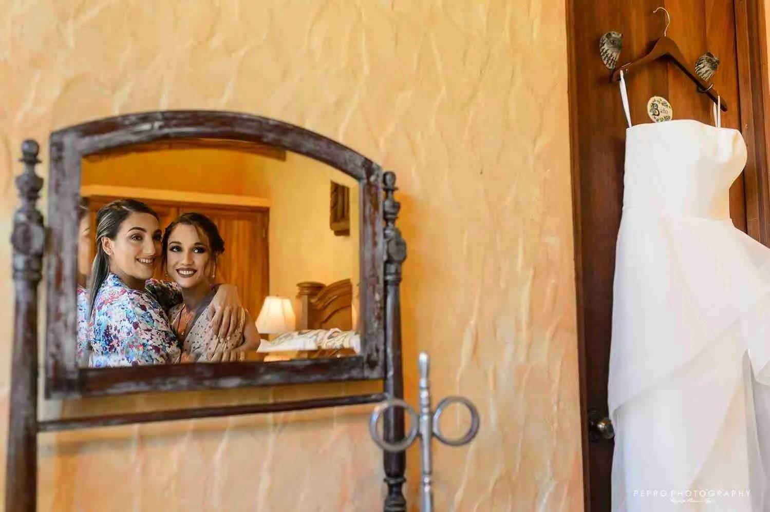 Boda en el Valle de Antón Panamá-Hermanas disfrutando su momento antes de la ceremonia