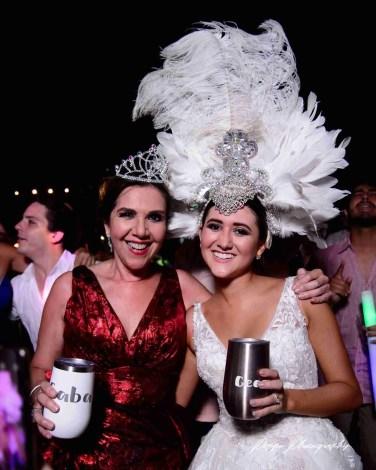 Novia en la fiesta con su mamá