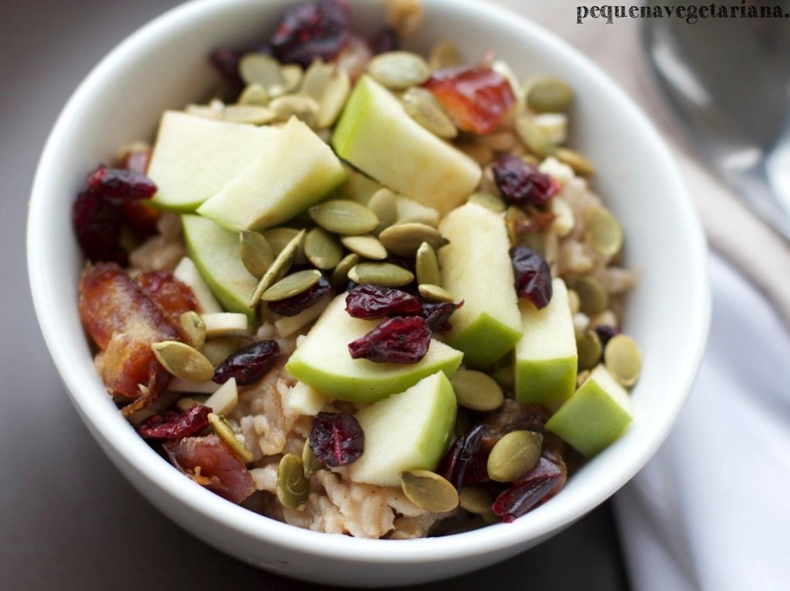 Mingau de aveia com frutas frescas, nozes, sementes e tâmaras