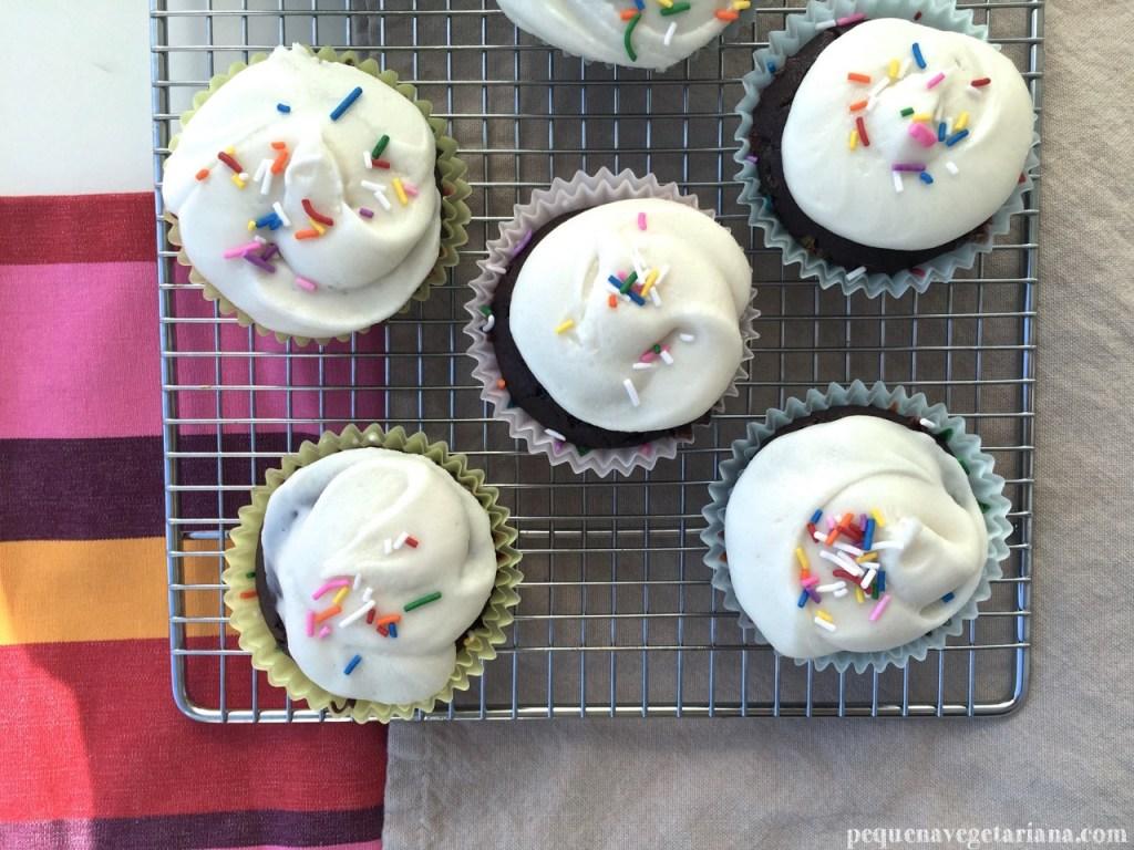 Receita de cupcake vegano de chocolate, cupcake vegan para a pascoa, cupcake vegan para aniversario, receita de cupcake vegan facil, cupcake vegano, cupcake de chocolate, pequena vegetariana