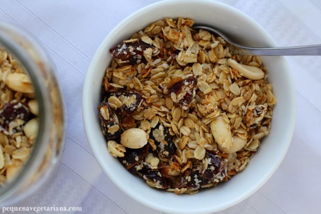 granola caseira, receita de granola, granola california, pequena vegetariana, receita de granola vegana, café da manhã vegan, receitas vegans, granola de tamaras, como fazer granola, receita de granola, café da manhã vegetariano, granola de coco, granola de amendoas, granola de tamaras com amendas, receitas de california, como guardar granola, receitas simples para o café