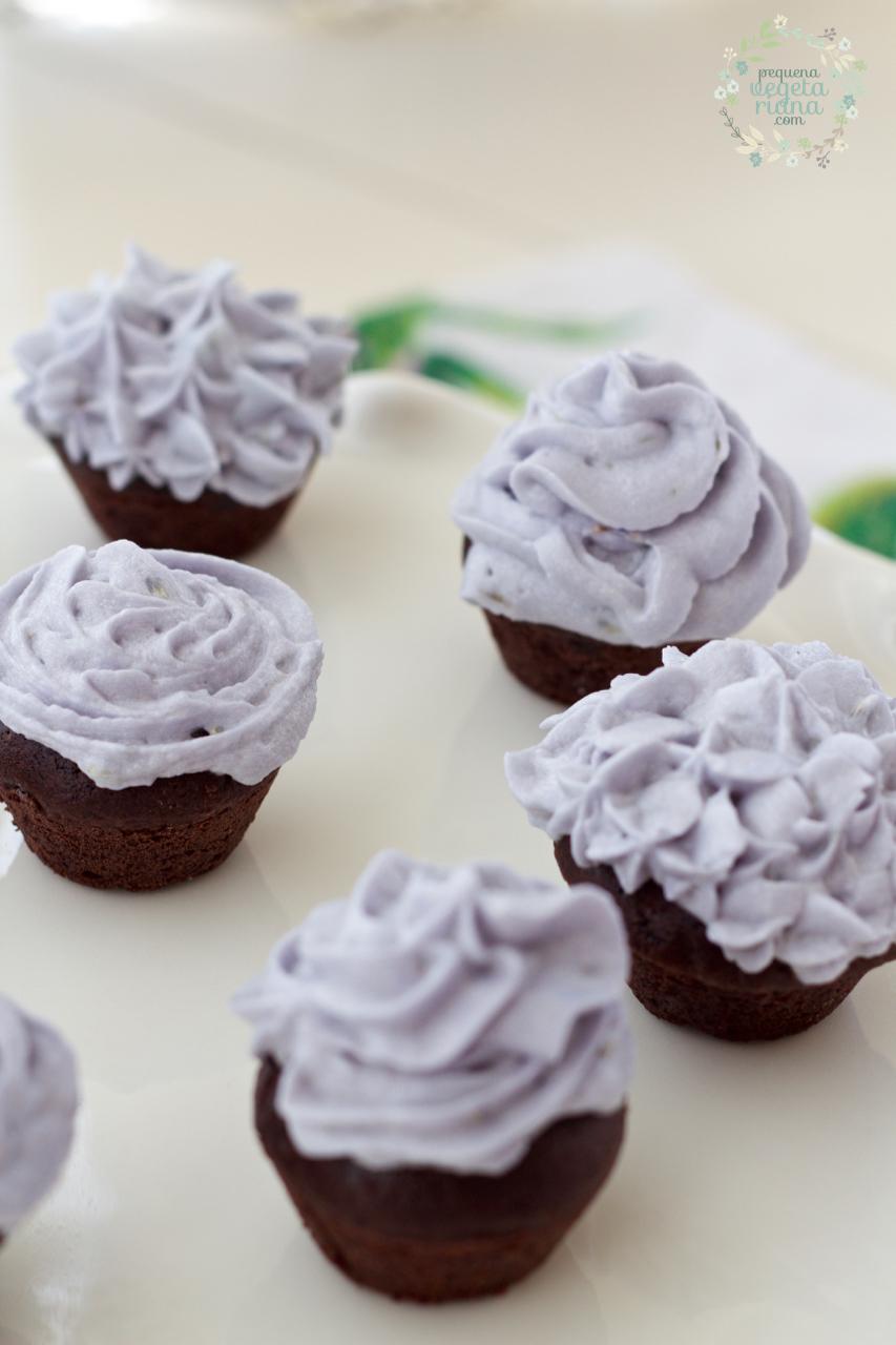 Mini cupcakes vegan de chocolate com cobertura de lavanda