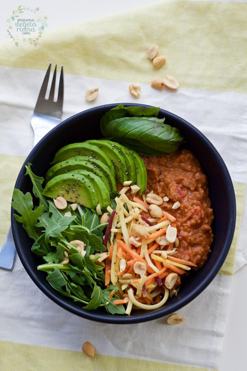 Tigela buda de quinoa com tomate e amendoim