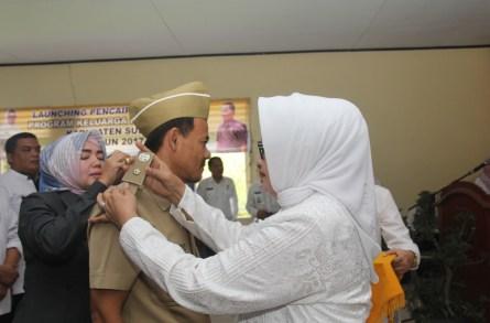 Bupati Subang Imas Aryumningsih Lantik Pjs Desa Ciberes dan Launching Pencairan Non Tunai PKH 1