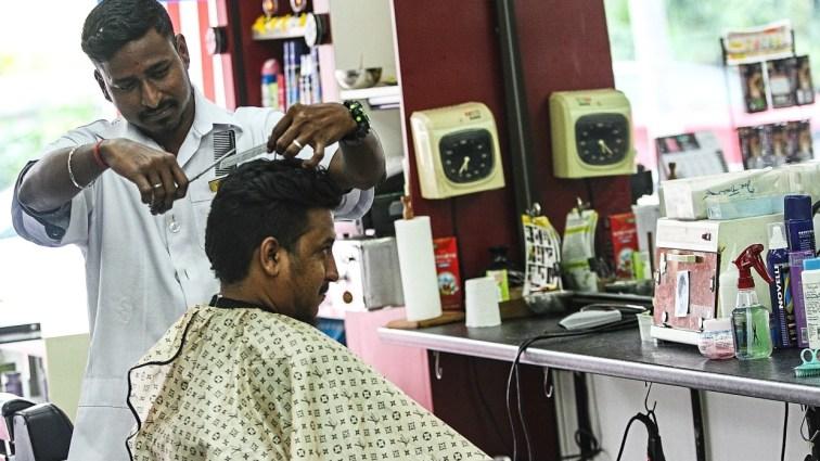 Pengusaha kedai gunting rambut rayu kerajaan benar mereka beroperasi