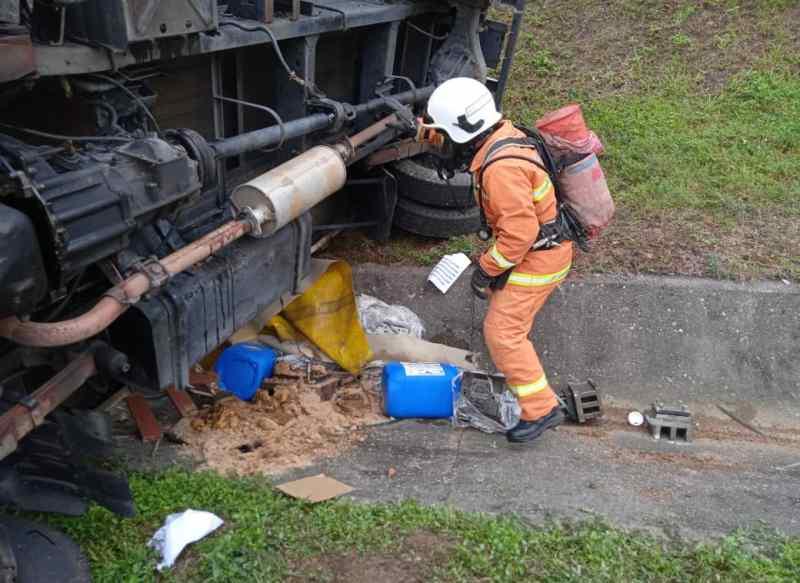 Lori Bawa Muatan Kimia Terbalik Di Lebuh Raya Dekat Slim River
