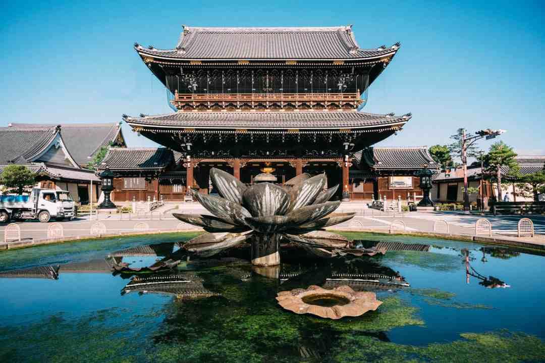 higashi-honganji temple and fountain