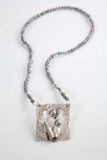 Danijela Kasaić - Majka i dijete ogrlica (srebro, čelična žica, riječni biseri), foto: Mario Majcan