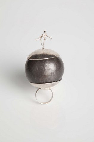 Dina Grgurić - Bretonov zagrljaj prsten (srebro, tikva, lak), foto: Mario Majcan