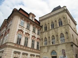 Starogradski trg - zvono na uglu građevine znak je da se radi o srednjovjekovnoj gradskoj palači