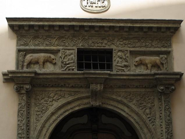 Izrezbaren renesansni portal Kuće kod dva zlatna medvjeda