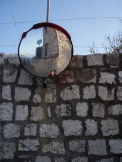 U prometnom zrcalu nenadanom - odraz krugova i četverokuta iseljenog otoka, Vis, 15.4.2009., 17:20h