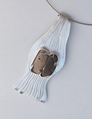 Na dnu rijeke - privjesak; srebro, kamen
