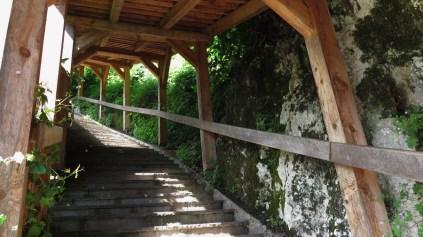 Put prema župnoj crkvi Uznesenja Marijinog