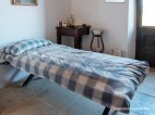 Dormitorio de trabajador cuyo lecho es un sencillo jergón de paja.