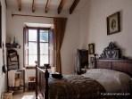 Dormitorio del Amo y la Madona, con una bacinilla sobre la cama y un maridín o calientapiés en la pared.