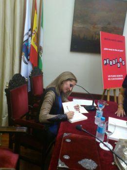 Cristina Martin Jimenez firmando un ejemplar de PERDIDOS en Ateneo Sevilla
