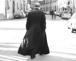Sacerdote con sotana, signo de Dios