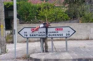 Wojtek obok znaku wskazującego na Santiago