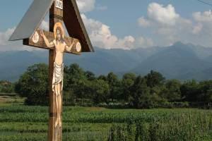 Typowy, rumuński krzyż, w tle Fogarasze