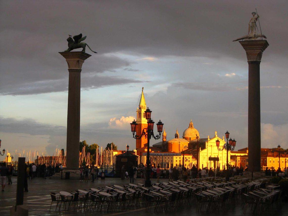 Obok pałacu Dożów