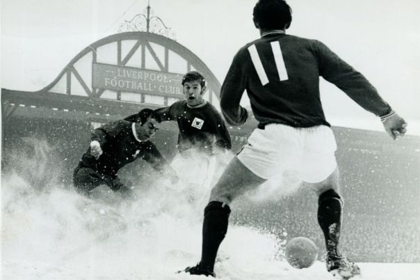 ecsImgLiverpool-v-Nottingham-Forest-15th-February-1969-Ian-St-John-clears-the-ball-in-a-flurry-of-snow-at-Nottinghams