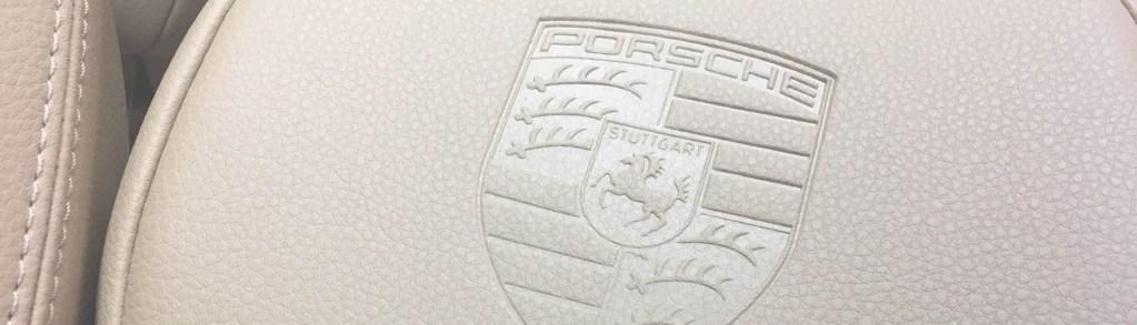 Тиснение логотипа Porsche