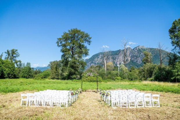 PNW Wedding ceremony with Mount Si backdrop | Meadowbrook Farm Wedding, Snoqualmie, WA | Perfectly Posh Events, Seattle Wedding Planner | Sasha Reiko Photography | Jesse + Wes Wedding // © Sasha Reiko Photography