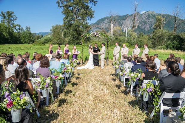 PNW Wedding ceremony with Mount Si backdrop | Meadowbrook Farm Wedding, Snoqualmie, WA | Perfectly Posh Events, Seattle Wedding Planner | Down to Earth Flowers | Sasha Reiko Photography | Jesse + Wes Wedding // © Sasha Reiko Photography