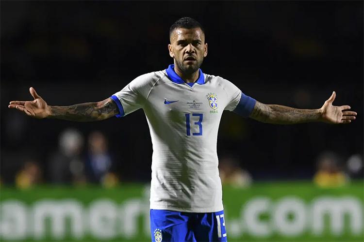"""Dani Alves: """"No estaría mal terminar mi carrera en Boca"""""""