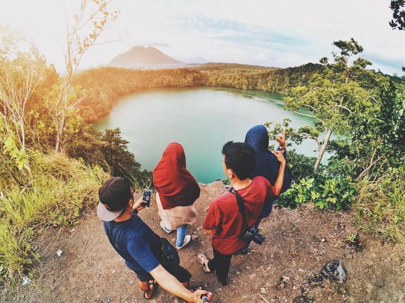 Berfoto do Danau Tolire, Ternate via @rvanmy