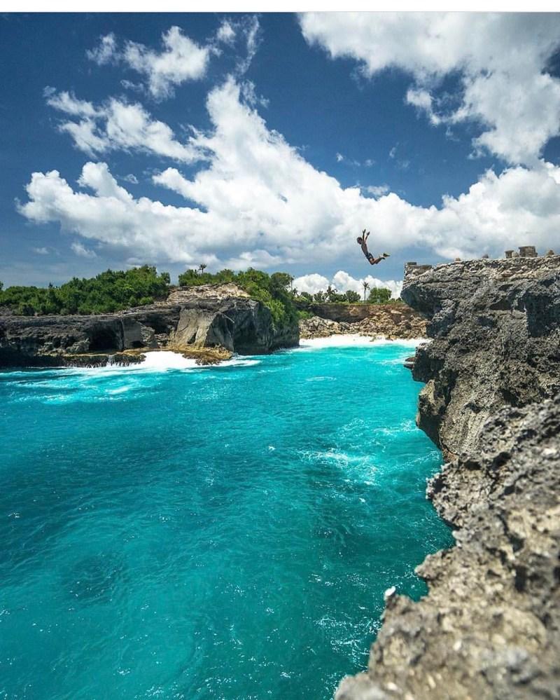 Cliff Jumping Nusa Ceningan, Bali via @joelvodell