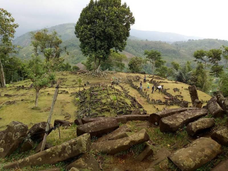 Situs Gunung Padang adalah tempat wisata di Cianjur yang sudah terkenal via @ririandrianiiii