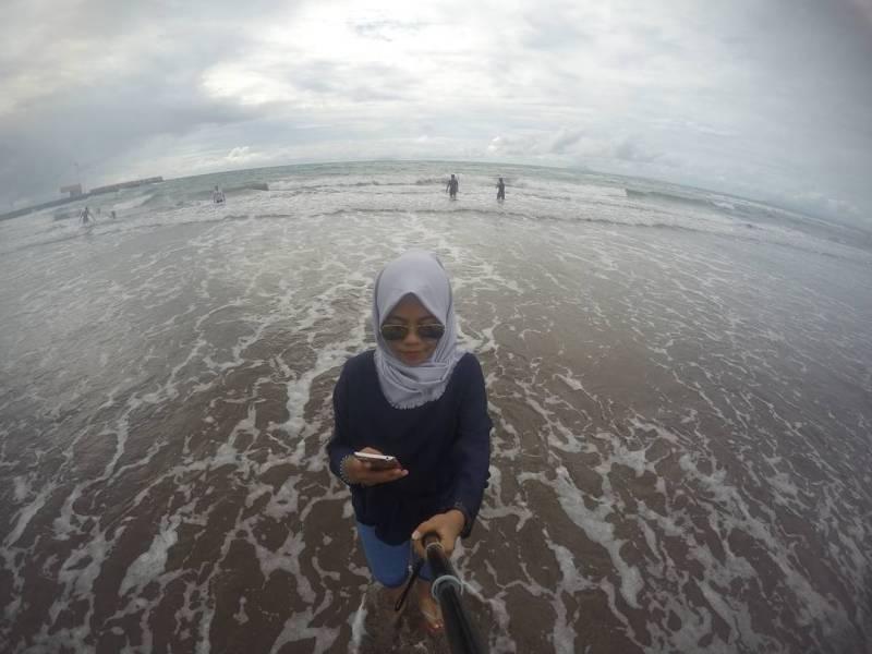 Pantai Jambu Anyer ini bertipe pantai landai, jadi aman untuk bermain di tepi pantai via @ririzqiyah