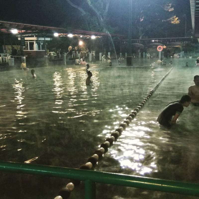 Pemandian air panas adalah salah satu atraksi wisata di Ciater via @babasz_borgol