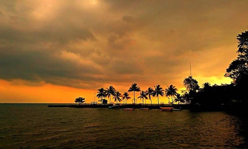 Suasana sunset di Pantai Carita Banten via @galihwwardhana