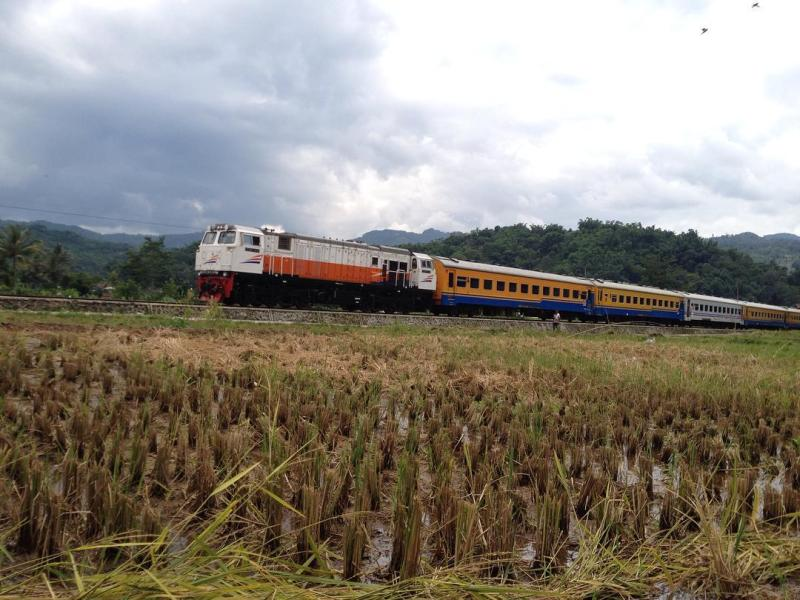 Kereta Api Pangrango rute Bogor - Sukabumi sedang melintas via @dianurdini