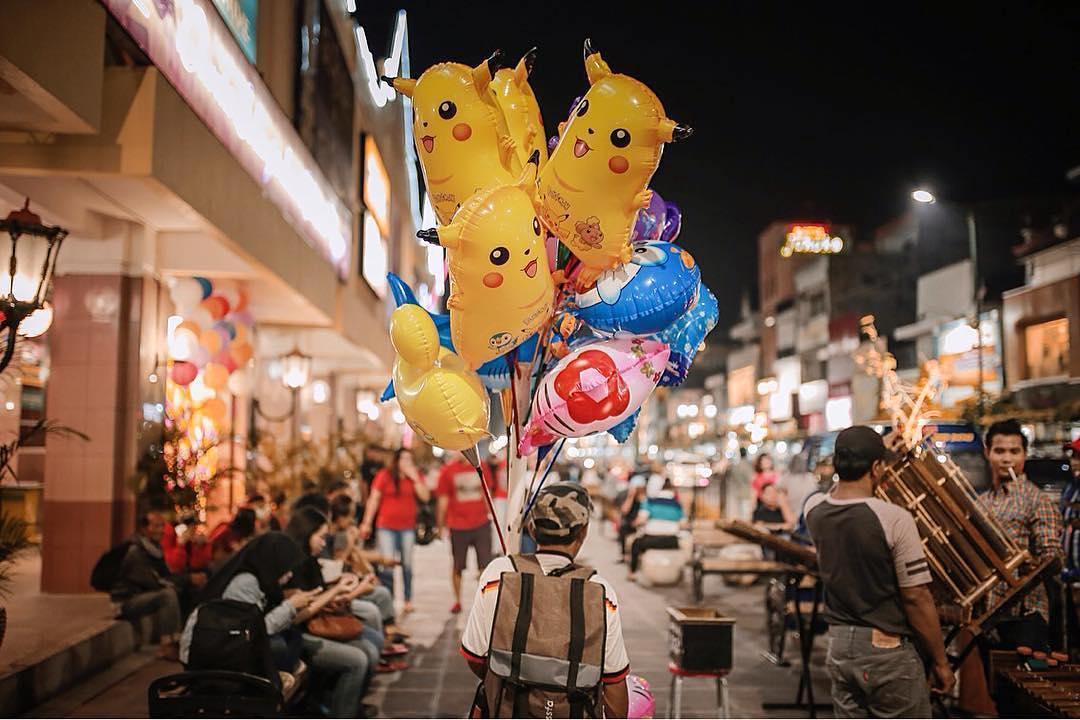 Ada banyak penjual di jalan utama Jogja ini via @malioboro_jogja