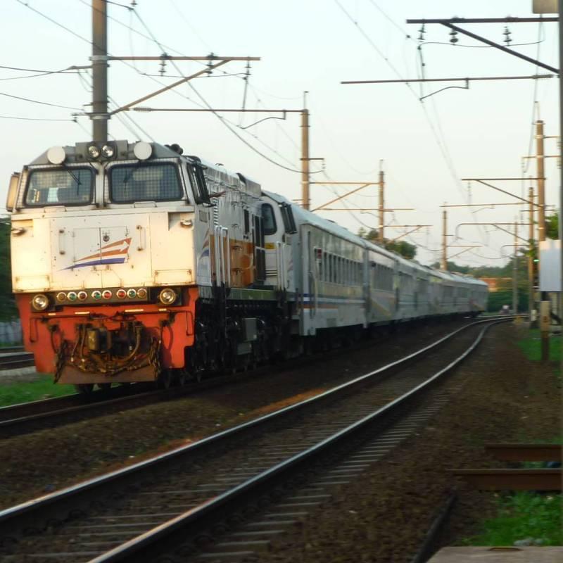 Naik kereta api adalah salah satu cara agar bisa ke Bandung dengan bebas macet via @albertdickypratama