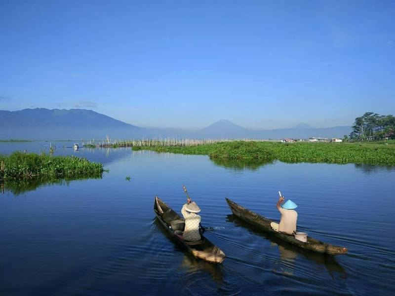 Rawa Pening adalah salah satu tempat wisata di Salatiga yang terkenal via @jelajahsalatiga