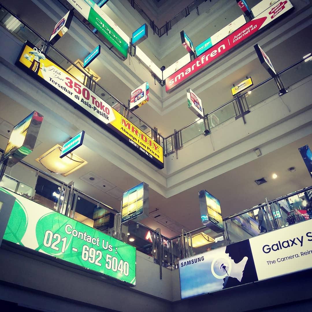 Ada beberapa pusat perbelanjaan di sekitar Karet Jakarta