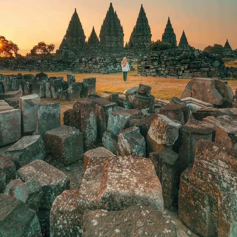 Candi Prambanan adalah Candi Hindu terbesar di Jawa Kuno dibangun oleh Rakai Pikatan dengan maksud menyaingi Candi Buddha Borobudur dan Candi Sewu.