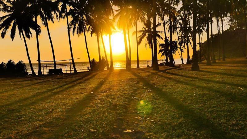 Suasana menjelang sunset di Pantai Mangsit, Lombok! via @andrikilua