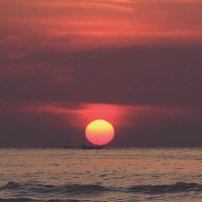 Anda bisa menikmati pemandangan sunset yang indah di Pantai yang ada di Kerobokan! via @demenmotrek.co
