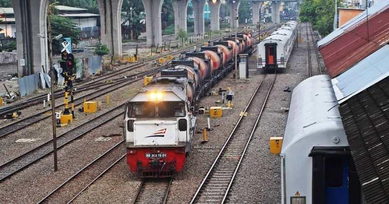Rel yang terdapat di Stasiun Medan membujur dari utara ke selatan.
